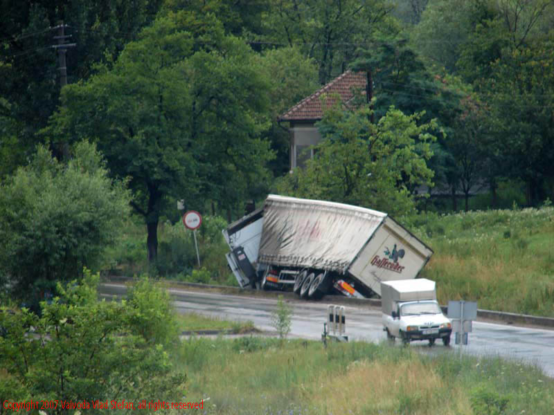 Vaivoda Vlad fotograf in Romania Accident TIR Orastie E67 DN7 2007 drum european national parasit carosabil camion remorca